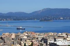 在科孚岛镇希腊附近的渡轮航行 免版税图库摄影