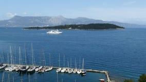 在科孚岛镇,希腊附近的渡轮航行 美丽的横向海运 股票视频