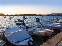 在科孚海湾的小船在科孚岛希腊海岛上的作为夜落 库存照片