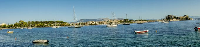 在科孚海湾的小船在科孚岛希腊海岛上的  免版税库存图片