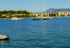 在科孚海湾的小船在科孚岛希腊海岛上的  库存图片