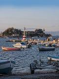 在科孚海湾的小船在科孚岛希腊海岛上的  免版税库存照片