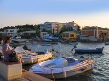 在科孚海湾的小船在科孚岛希腊海岛上的  图库摄影