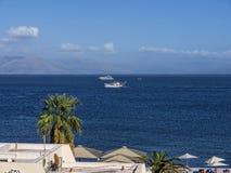 在科孚海湾的渔船在科孚岛希腊海岛上的  库存图片