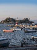 在科孚海湾的渔船在科孚岛希腊海岛上的  库存照片