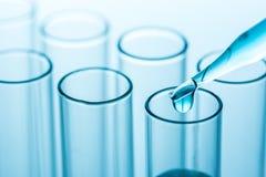 在科学实验室试管的实验下落,科学 免版税库存照片