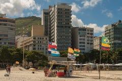在科帕卡巴纳海滩前面的大厦 库存照片