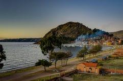 在科帕卡巴纳玻利维亚的喀喀湖的日落视图 图库摄影