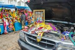 在科帕卡巴纳保佑一辆汽车,玻利维亚 库存图片
