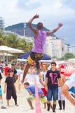 在科帕卡巴纳海滩的Slackline,里约热内卢 免版税库存照片