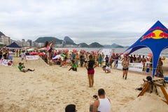 在科帕卡巴纳海滩的Slackline,里约热内卢 免版税图库摄影