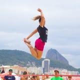 在科帕卡巴纳海滩的Slackline,里约热内卢 图库摄影