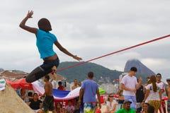 在科帕卡巴纳海滩的Slackline,里约热内卢 库存照片