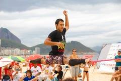 在科帕卡巴纳海滩的Slackline,里约热内卢 免版税库存图片