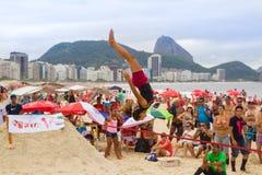 在科帕卡巴纳海滩的Slackline,里约热内卢 库存图片
