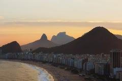 在科帕卡巴纳海滩,里约热内卢,巴西的日落 免版税库存照片