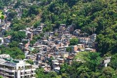 在科帕卡巴纳附近的Favela在里约热内卢 库存图片