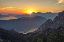 在科托尔海湾博卡队Kotorska,黑山的山日落 免版税库存照片