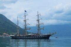 在科托尔海湾的航行游艇 免版税图库摄影