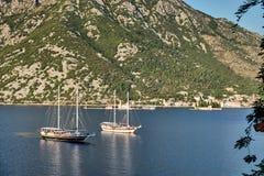 在科托尔海湾,黑山的两艘船 免版税图库摄影