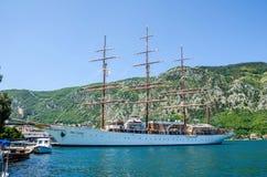 在科托尔港的一朵四被上船桅的帆船海云彩  库存照片