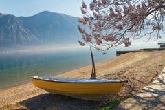 在科托尔湾的岸的一条小船 黑山 免版税库存照片