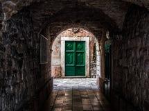 在科托尔的绿色门 库存照片