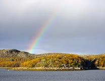 在科拉半岛的小山的彩虹 免版税库存照片