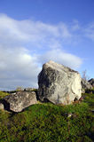 在科拉半岛的小山的花岗岩冰砾 免版税库存图片