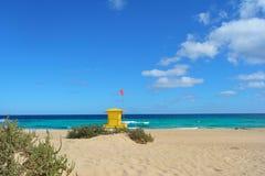 在科拉莱霍,费埃特文图拉岛,西班牙海滩的黄色救生员岗位  免版税库存图片