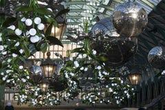 在科文特花园的圣诞节装饰在伦敦 免版税图库摄影
