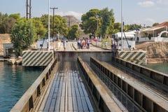 在科林斯运河入口的一座能潜航桥梁  免版税库存图片
