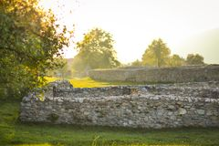 在科洛尼亚省Ulpia Traiana Sarmizegetusa的罗马帝国废墟 免版税库存图片