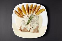在科涅克白兰地调味汁的牛肉 意大利样式 烹调意大利语的食品成分 意大利cuisi 库存图片