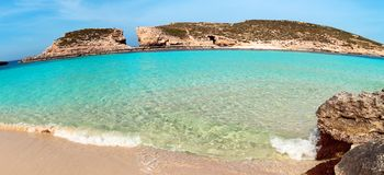 在科米诺岛海岛,马耳他上的蓝色盐水湖 免版税库存照片