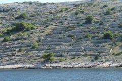 在科纳提群岛海岛上的石块墙 免版税库存图片