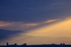 在科罗拉多前面范围的剧烈的日落 免版税库存图片