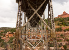 在科罗拉多河的一座印象深刻的桥梁sedona的 免版税库存图片