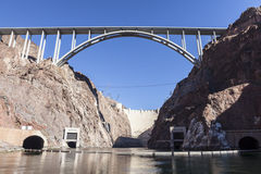 在科罗拉多河的胡佛水坝之下 免版税图库摄影