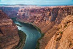 在科罗拉多河的马掌峡谷在美国 库存照片