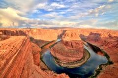 在科罗拉多河的马掌弯日出的,犹他 免版税库存照片