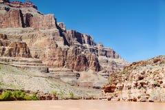 在科罗拉多河,大峡谷,亚利桑那的出色的意见 背景蓝天 库存照片
