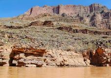 在科罗拉多河,大峡谷,亚利桑那的出色的意见 背景蓝天 库存图片