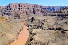 在科罗拉多河,大峡谷,亚利桑那的出色的意见 背景蓝天 arial视图 图库摄影