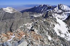 在科罗拉多14er的积雪的高山风景一点熊峰顶 库存照片