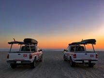 在科罗纳多的两辆救生员巡逻车靠岸,加利福尼亚,美国 图库摄影