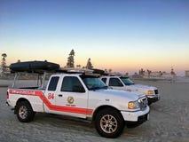 在科罗纳多的两辆救生员巡逻车靠岸,加利福尼亚,美国 免版税库存图片