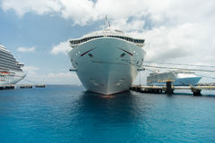 在科苏梅尔港的游轮  免版税库存图片
