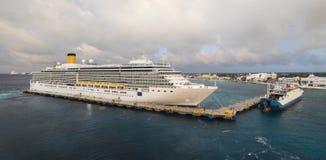 在科苏梅尔,沿途停靠的港口的巡航小船在墨西哥 免版税库存图片