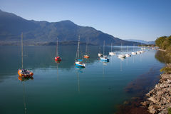 在科莫湖的小船 免版税库存照片